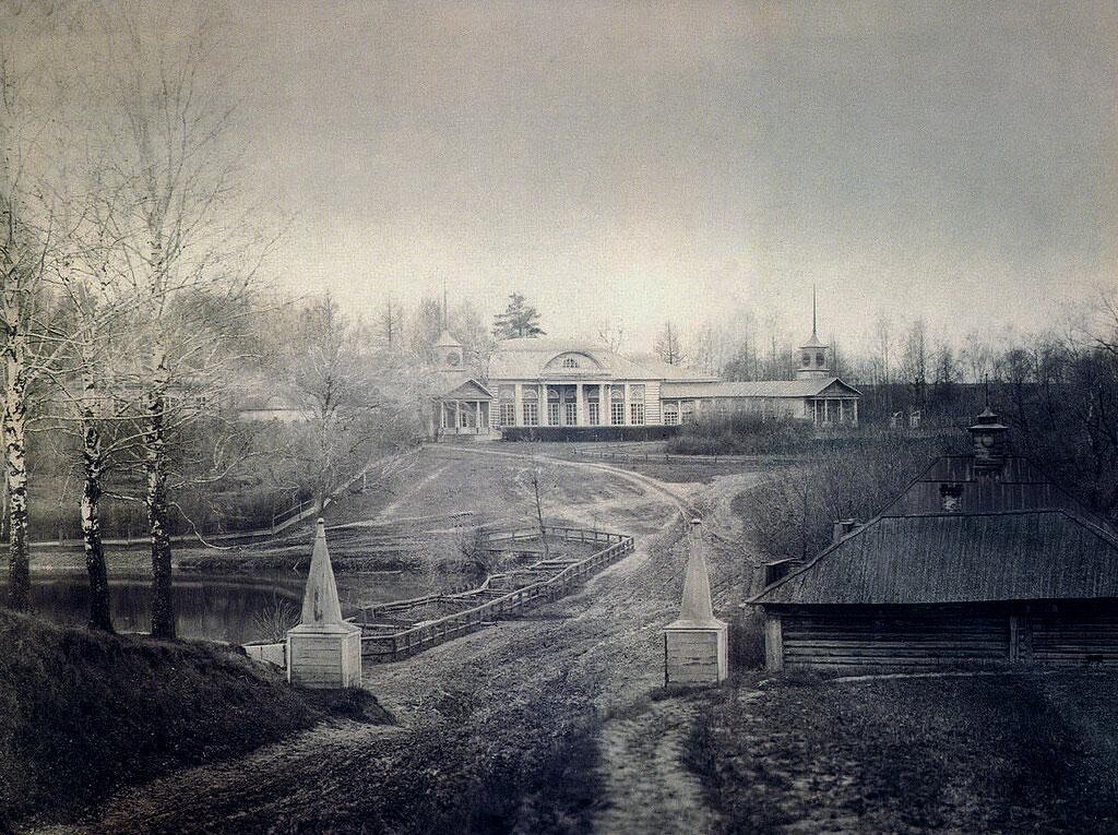 Въезд в усадьбу. Вид на плотину большого пруда и парадный фасад господского дома
