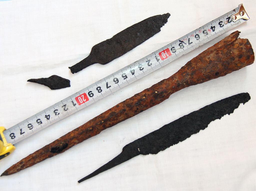 Наконечник копья, стрелы и пара ножей
