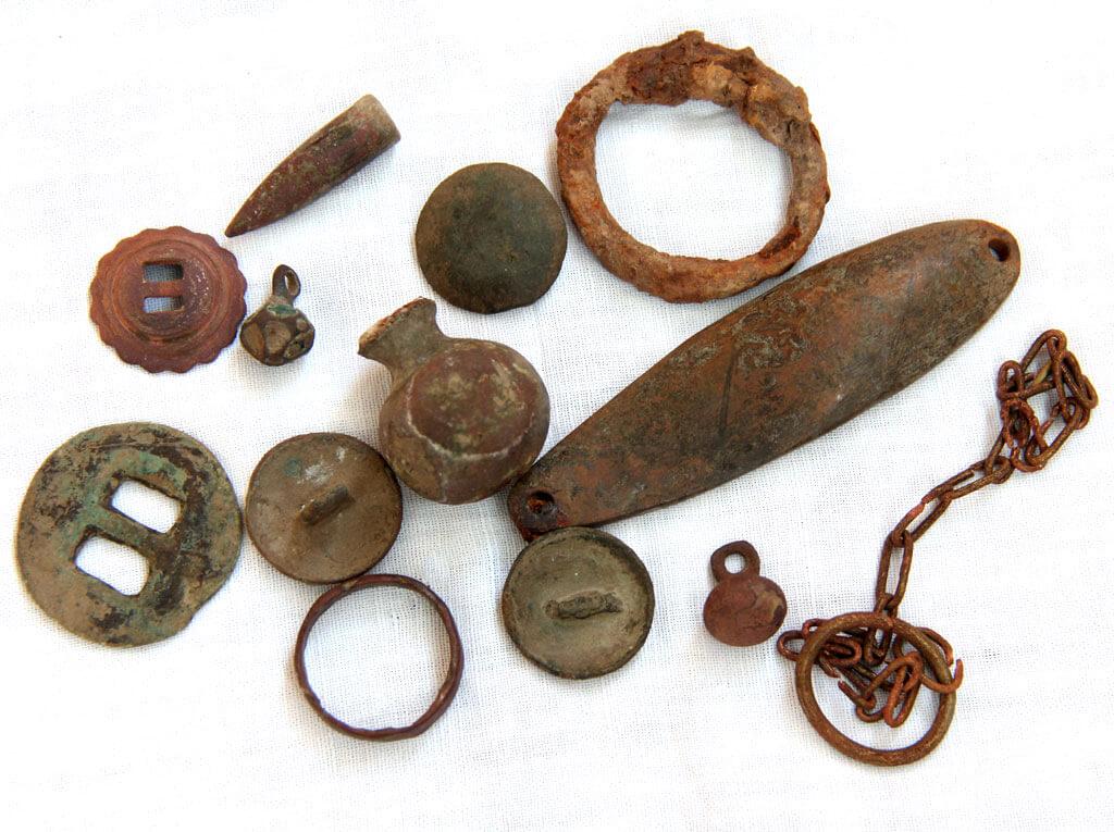Конина, пуговки, кистень, медное кольцо, пуля и что-то еще